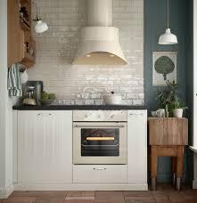 cuisine blanc cassé hotte aspirante et four beiges dans une cuisine blanc cassé avec
