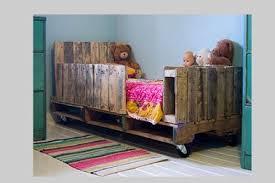 le sur pied chambre bébé lit chambre enfant en palette et peinture couleur verte