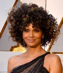 harry berry hairstyle oscars 2017 halle berry s curly hair steals the show daily mail
