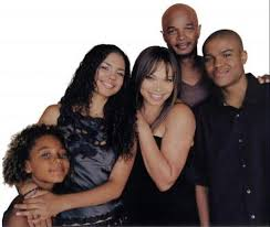 Ma famille d'abord [2001] [S.Live] Images?q=tbn:ANd9GcTylIi7InZWhdxIrl3CNCah3Pe7Aj1dXSpSQq-oErSVduB49tZB_kWHuMk8