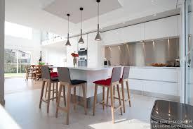 cuisine designer italien une cuisine design italien total look blanc avec îlot central