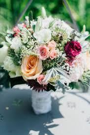 blumen fã r hochzeit brautstrauss für eine hippie hochzeit hippie flower bouquet via