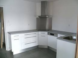 plan de travail cuisine blanc brillant faaade polymare blanc brillant plan de travail postformac gris