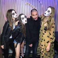 Family Of 7 Halloween Costumes by Haim On Twitter