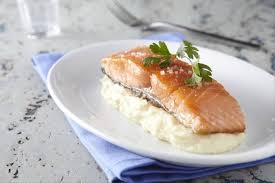 recette de cuisine saumon recette de pavé de saumon cuit à l unilatérale écrasée de pommes de