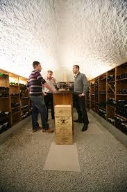 cave a vin sous sol cave à vin voûtée avec agencement bois wine design pinterest