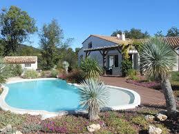 jardin paysager avec piscine villa de vacances avec piscine trampoline plancha entre vignes