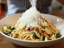 comment cuisiner la courgette spaghetti comment cuisiner la courge spaghetti femme actuelle