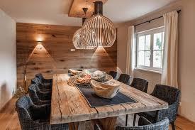 esszimmer gestalten wände gediegenes esszimmer mit exklusiven möbeln altholz wand und