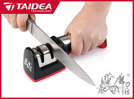 sharpening kitchen knives with a taidea household knife sharpener