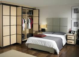 placard moderne chambre les portes de placard pliantes pour un rangement joli et moderne