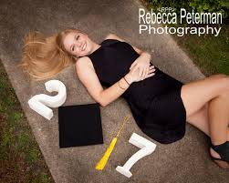 college cap and gown best 25 girl graduation pictures ideas on senior pics