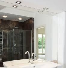faux plafond cuisine professionnelle spot en verre à encastrer au plafond pour éclairer une cuisine