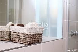 korb badezimmer korb im badezimmer stockfotos und lizenzfreie bilder auf fotolia