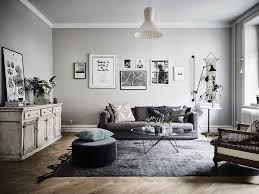 wohnzimmer mit retro möbeln und sanften farbtönen home