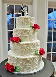 rockwall wedding chapel roses on a beautifully detailed white wedding cake at the