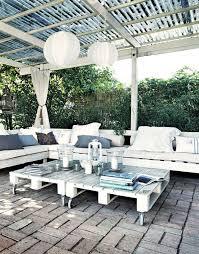 canapé exterieur en palette meuble de jardin en palette de bois côté maison
