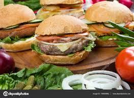 cuisiner chignons de frais a la poele hamburgers avec une poêle à frire et de légumes frais