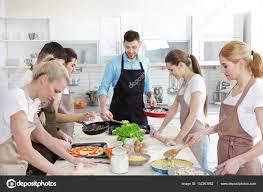 cuisine de groupe groupe de personnes au cours de cuisine et chef masculin