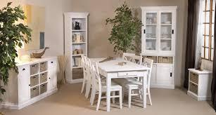 cuisine avec table à manger table bois et chaise blanche