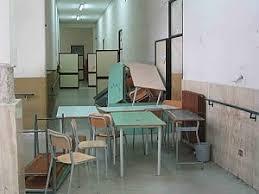 sedie scolastiche scuola mancano sedie e banchi i presidi rimediano col baratto