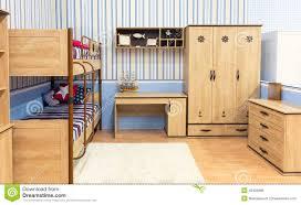 placard chambre à coucher cuisine chambre ã coucher lumineuse avec un placard et une table