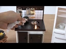 cuisine miniature des mini repas danois et japonais dans des mini cuisines