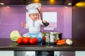 cuisine bebe chef de bébé faisant cuire dans la cuisine photo stock image