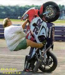 motos empinando
