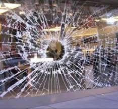 """vetrata furto 250 Furto con scasso alla boutique """"Officina"""" di Predazzo. Merce rubata per 250 mila euro"""