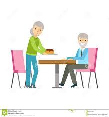 alte paare die kuchen am tisch lächelnden person