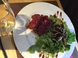 boîte chaude au mont d or charcuterie a la coupe avec une salade