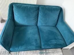 zwei grünes sofa