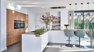 helle küche mit l förmiger insel in hochglanzweiß und