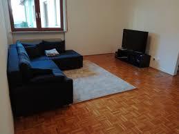 5 1 system bis 2000 mit klassischem sofa an der wand
