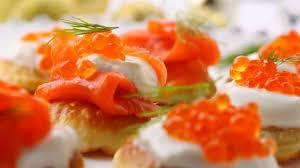 canape au saumon canapés de truite fumée aux pommes et au caviar de saumon foodlavie