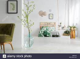 grün und weiß offenes schlafzimmer mit bett swing und