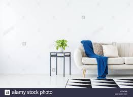 blaue decke auf beige sofa gegen die wand mit kopie raum in