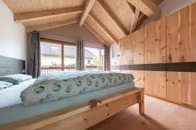 schlafzimmer in zirbe massiv roh finiert schreinerei