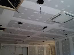 le plafond suspendu en plaques de plâtre faux plafonds et