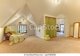 schönes helles dachzimmer mit gewölbter decke teppich