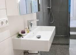 ein kleines badezimmer mit fußbodenheizung warmup