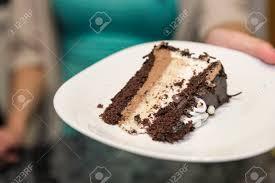 ein stück vom kuchen übergeben durch eine person
