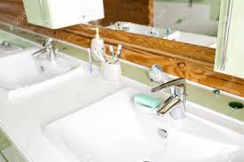 das badezimmer in einem rustikalen blockhaus in den bergen mit einem schönen innenraum haus der kiefernstämme
