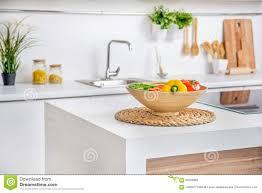 innenraum der modernen weißen küche mit induktion die