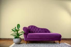 wohnzimmer rustikales gelbes wandinterieur mit einer lila
