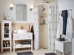une salle de bains zéro désordre avec des rangements fermés