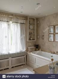 verblasst graue wallpaper kate forman im badezimmer