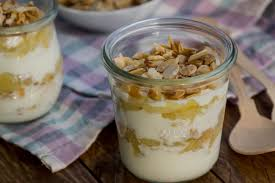apfel joghurt dessert im glas mit mandel knusper