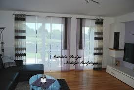 lila schiebevorhang fürs wohnzimmer mit grauen seitenschals
